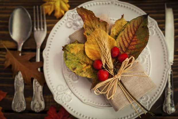 fall-table-setting-with-leaves-620